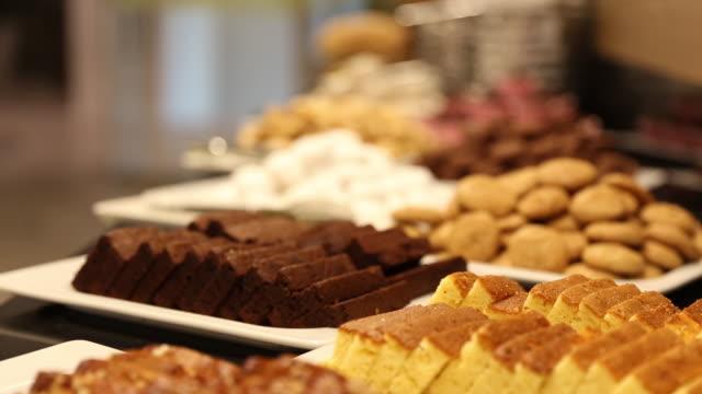 buffet di dessert con deliziosa panetteria dolce durante la colazione - buffet video stock e b–roll