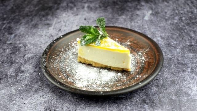 dessert cake mascarpone cheesecake with mint leaf - nadziewany placek filmów i materiałów b-roll