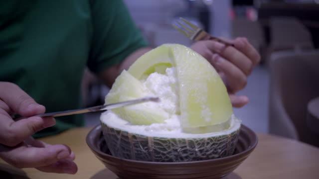 vídeos de stock e filmes b-roll de dessert ice melon bingsu, famous korean ice-cream - comida asiática