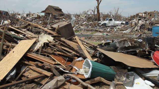 distruzione di un tornado. - tornado video stock e b–roll