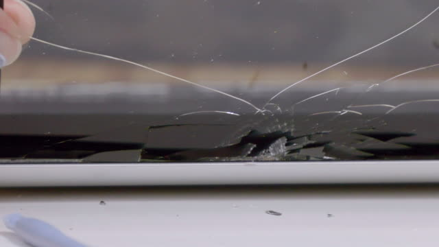 Detaching tablet cracked screen. video