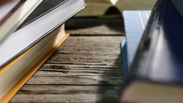 stockvideo's en b-roll-footage met detail van boeken, bewegingseffect, pannen - boekenkast