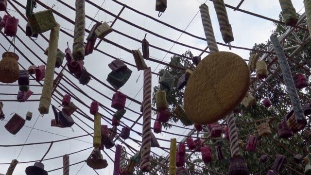 4k, detail der kambodschanischen dekoration während der khmer neujahrsfeierlichkeiten. - kambodschanische kultur stock-videos und b-roll-filmmaterial