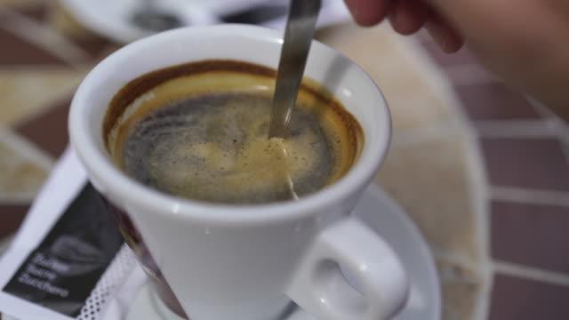 detalj av espresso som rörs - spendera pengar bildbanksvideor och videomaterial från bakom kulisserna