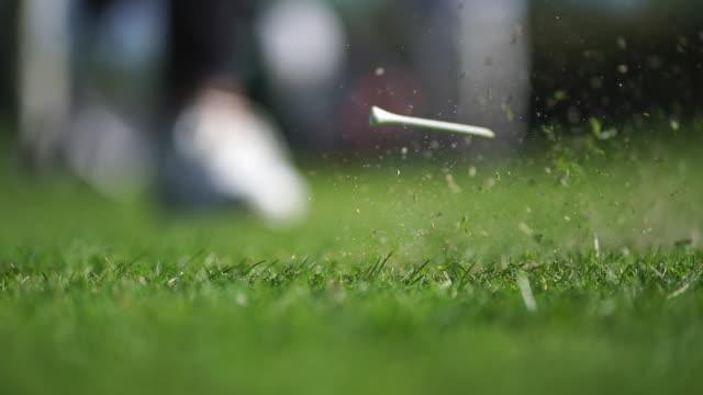 vidéos et rushes de détail du tee de golf sur le terrain herbeux - golf