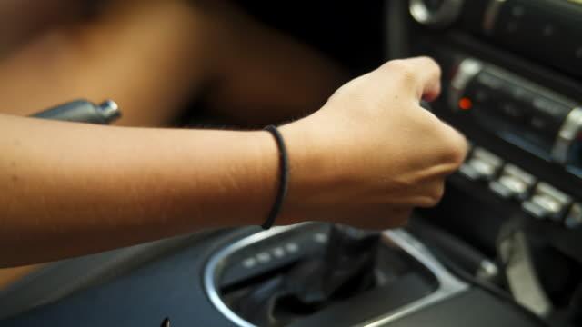 detalj av hand skiftande i fordonet - växelspak bildbanksvideor och videomaterial från bakom kulisserna