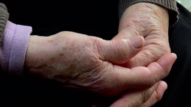 vídeos de stock, filmes e b-roll de detalhe das mãos da mulher idosa - geriatria