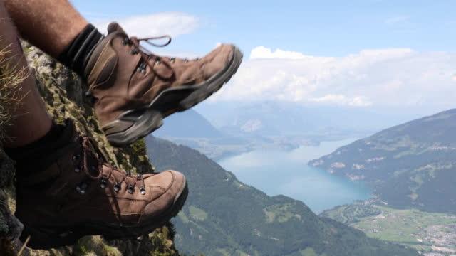 Detail des Wanderers Beine auf Berg-Grat – Video