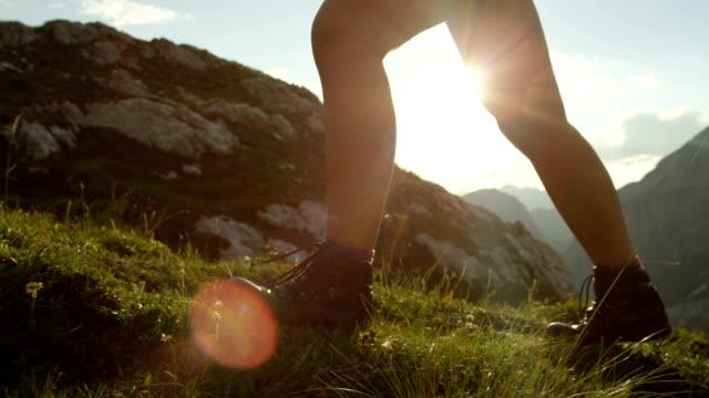 CLOSE-UP: Detalhe do calçado de montanha de couro e fêmea escalada íngreme montanha - vídeo