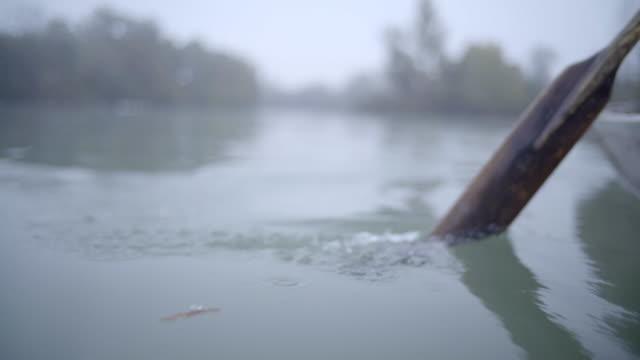 detalj av gamla stil trä paddel kommer vatten - rådig bildbanksvideor och videomaterial från bakom kulisserna