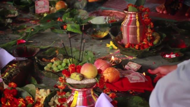 結婚式の ceromony の中に供養詳細 - ネパール点の映像素材/bロール
