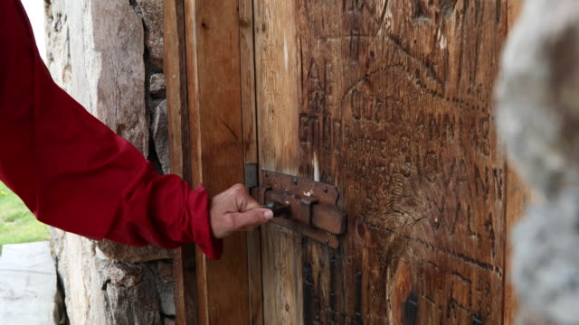 detail of woman's hand opening hut door - livigno video stock e b–roll