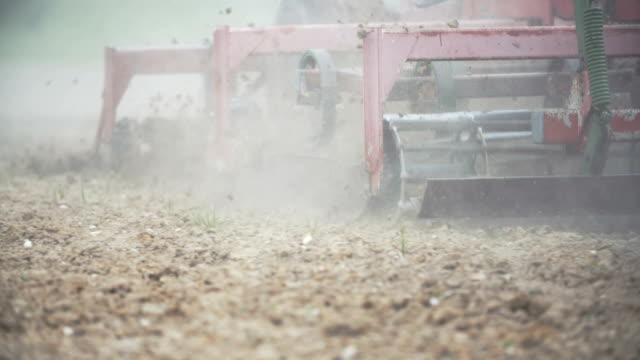 vidéos et rushes de shoot détail du tracteur à l'aide de herses. - seigle grain