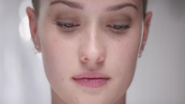 dettaglio girato da una donna che guarda la telecamera - capelli castani video stock e b–roll