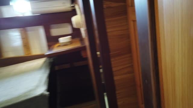 detailaufnahme einer segelbootkabine und eines bettes - wohngebäude innenansicht stock-videos und b-roll-filmmaterial