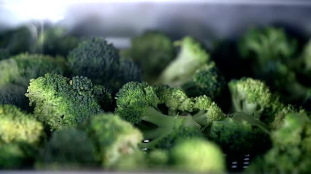 - dettaglio di broccoli per ottenere cotta a vapore - broccolo video stock e b–roll