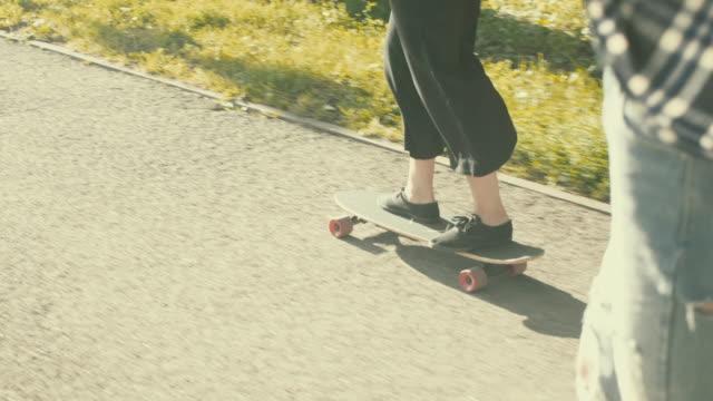 stockvideo's en b-roll-footage met detail schot van skateboarden (slow motion) - 25 29 jaar