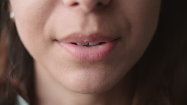 stockvideo's en b-roll-footage met detail shot van de mond van de vrouw als ze spreekt en glimlacht - gesprek