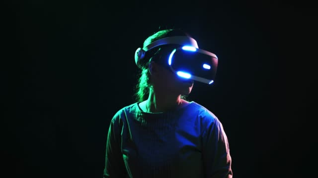 detail woman wearing vr headset and turning head around - computer indossabile video stock e b–roll
