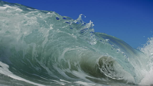 vídeos de stock, filmes e b-roll de uma onda quebra mais detalhada bela câmera in pov na praia de areia raso no california sol de verão. uma foto em câmera lenta em vermelho dragão no 150fps em 4 k. - arrebentação