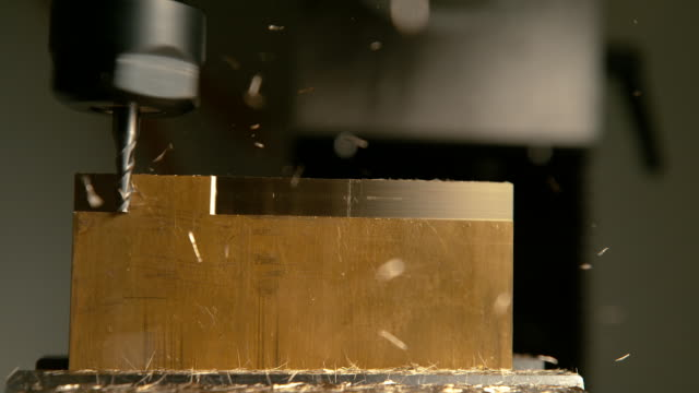 makro: detaljerad bild av fina pinnfräs rakning sidan av en matt block av mässing. - cnc maskin bildbanksvideor och videomaterial från bakom kulisserna