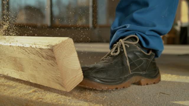 stockvideo's en b-roll-footage met close up: gedetailleerd schot van pijnlijk arbeidsongeval aangezien de plank op de voet van de arbeider valt - tegenslag