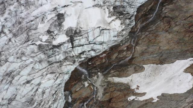 Details des Bionnassay-Gletschers während der Eisschmelze im Sommer – Video
