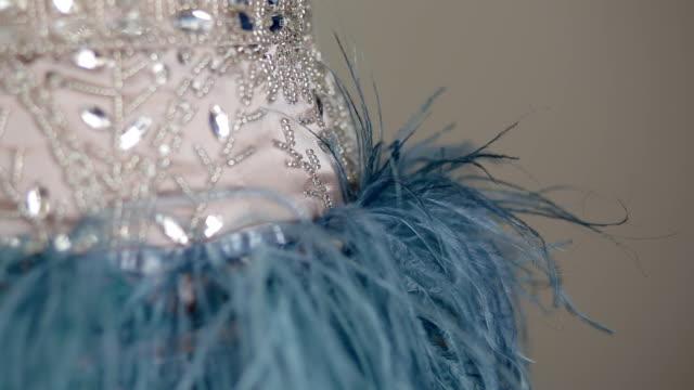 detaljer för lyx klänning med paljetter och fjäder - aftonklänning bildbanksvideor och videomaterial från bakom kulisserna