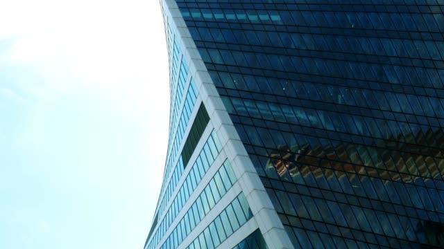 vídeos de stock, filmes e b-roll de detalhes dos arranha-céus, refletindo o céu - característica arquitetônica