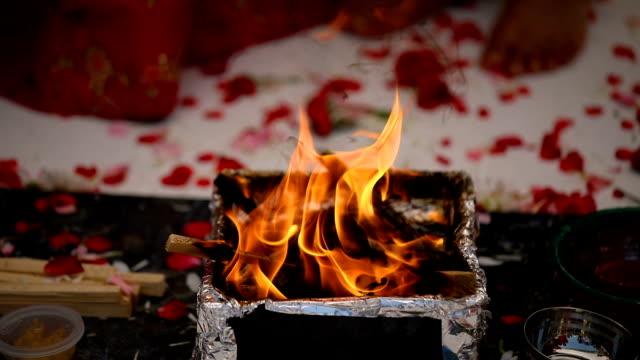 Detalles de ceremonia de boda tradicional indio o hindú. - vídeo