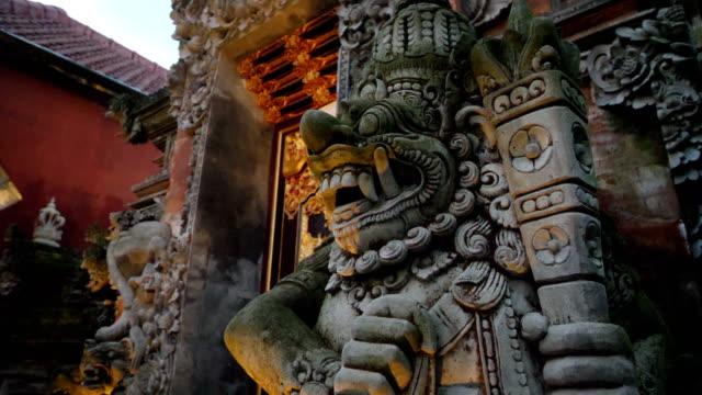 vídeos y material grabado en eventos de stock de detalles del palacio de ubud en bali - hinduismo