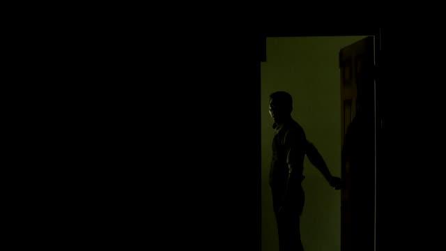 detektiv schaltet das licht aus und verlässt sein büro in der polizei - mann tür heimlich stock-videos und b-roll-filmmaterial