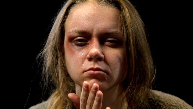 vídeos y material grabado en eventos de stock de determinada mujer contusionada limpiar lágrimas, listos para no protegerse, abuso - human trafficking
