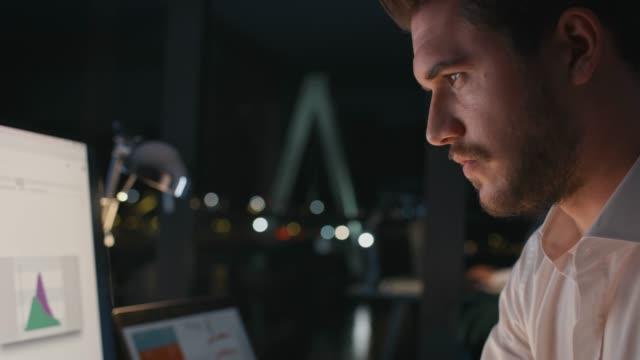 vídeos de stock e filmes b-roll de determined entrepreneur typing on keyboard at desk - dedicação