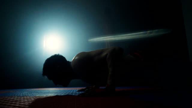beslutsam man gör push ups - styrketräning bildbanksvideor och videomaterial från bakom kulisserna