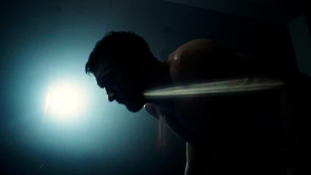vídeos y material grabado en eventos de stock de determinado hombre haciendo push ups - entrenamiento con pesas