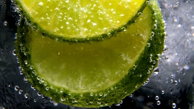 stockvideo's en b-roll-footage met detox of dorst concept. gezonde, dieet voeding. koude limonade, kalk drankje. zwarte achtergrond - {{asset.href}}