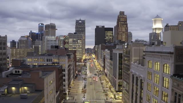 gece detroit michigan havadan görünümü - şehir merkezi stok videoları ve detay görüntü çekimi