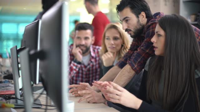 developers at work. - продвижение трудовые отношения стоковые видео и кадры b-roll