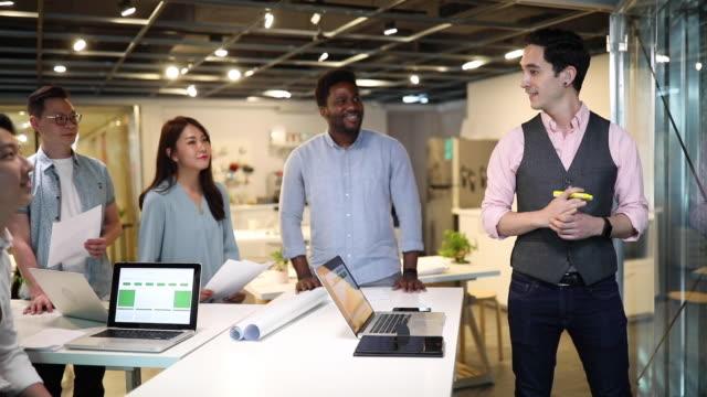 一緒にビジネスを展開する - プロジェクトマネージャー点の映像素材/bロール