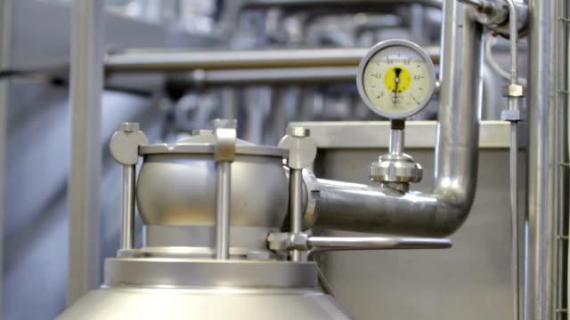 device for measuring pressure in pipes - нержавеющая сталь стоковые видео и кадры b-roll