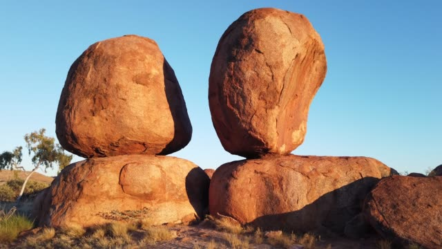 stockvideo's en b-roll-footage met devils marbles twin rocks sunrise - geologie