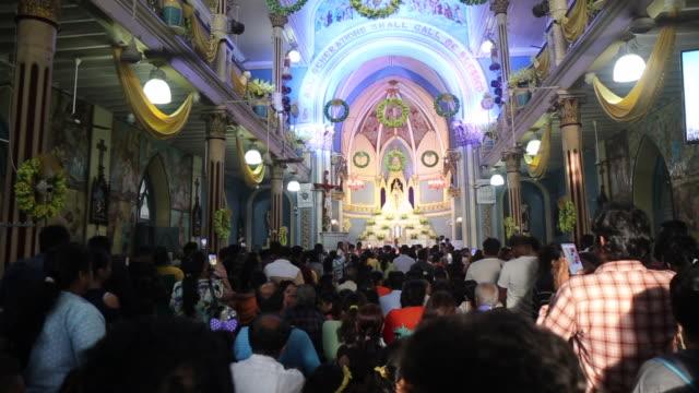 vídeos y material grabado en eventos de stock de devotos dentro de la iglesia del monte maría - misa