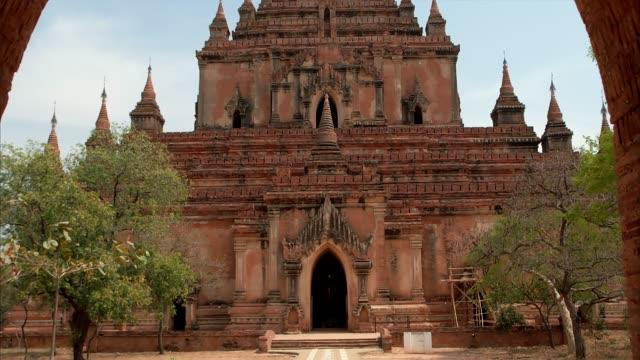 Dhammayangyi Temple, Myanmar Reveal shot of an ancient temple in Old Bagan, Myanmar bagan stock videos & royalty-free footage