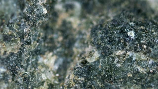 가벼운 현미경 검사법의 밑에 diabase 무기물 견본 - 광물질 스톡 비디오 및 b-롤 화면