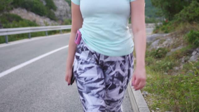 당뇨병 자가 인슐린 펌프를 착용 하 고 야외에서 운동 - diabetes 스톡 비디오 및 b-롤 화면