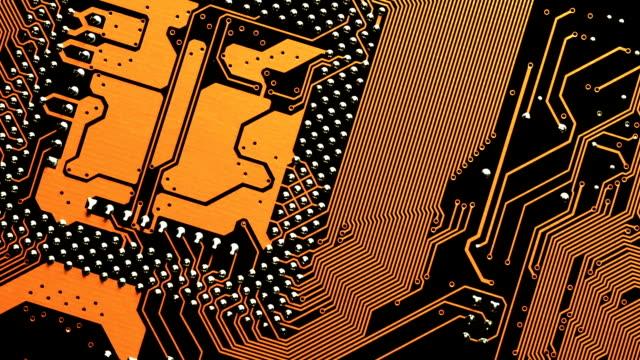 diagonale dolly bewegung über der platine. elektronische computer-hardware-technologie. digitaler chip motherboard. tech-wissenschaft-hintergrund. engineering-komponente. - platine stock-videos und b-roll-filmmaterial