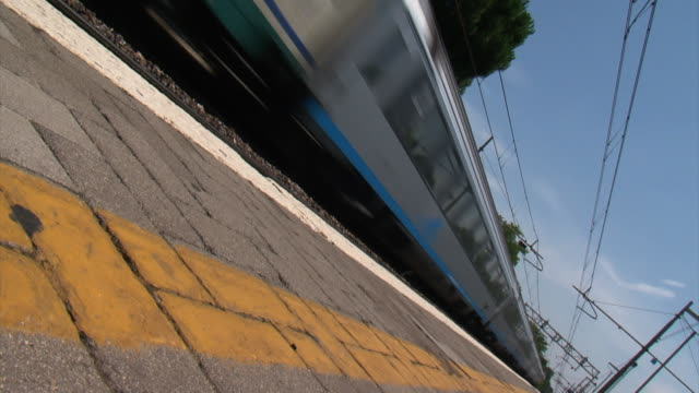 diagonal perspective of a train passing by from the platform - 城際車 個影片檔及 b 捲影像