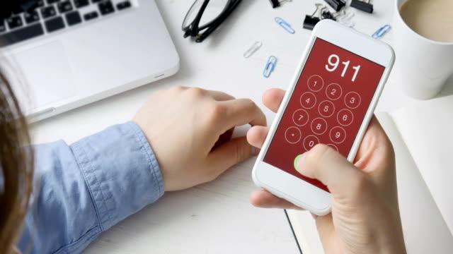 acil durum numarası 911'i smartphone cep telefonu ile arama - first responders stok videoları ve detay görüntü çekimi