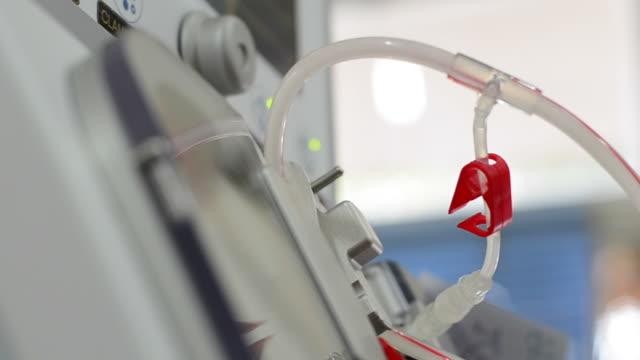 vídeos de stock, filmes e b-roll de máquina de diálise - marcapasso cirurgia cardíaca